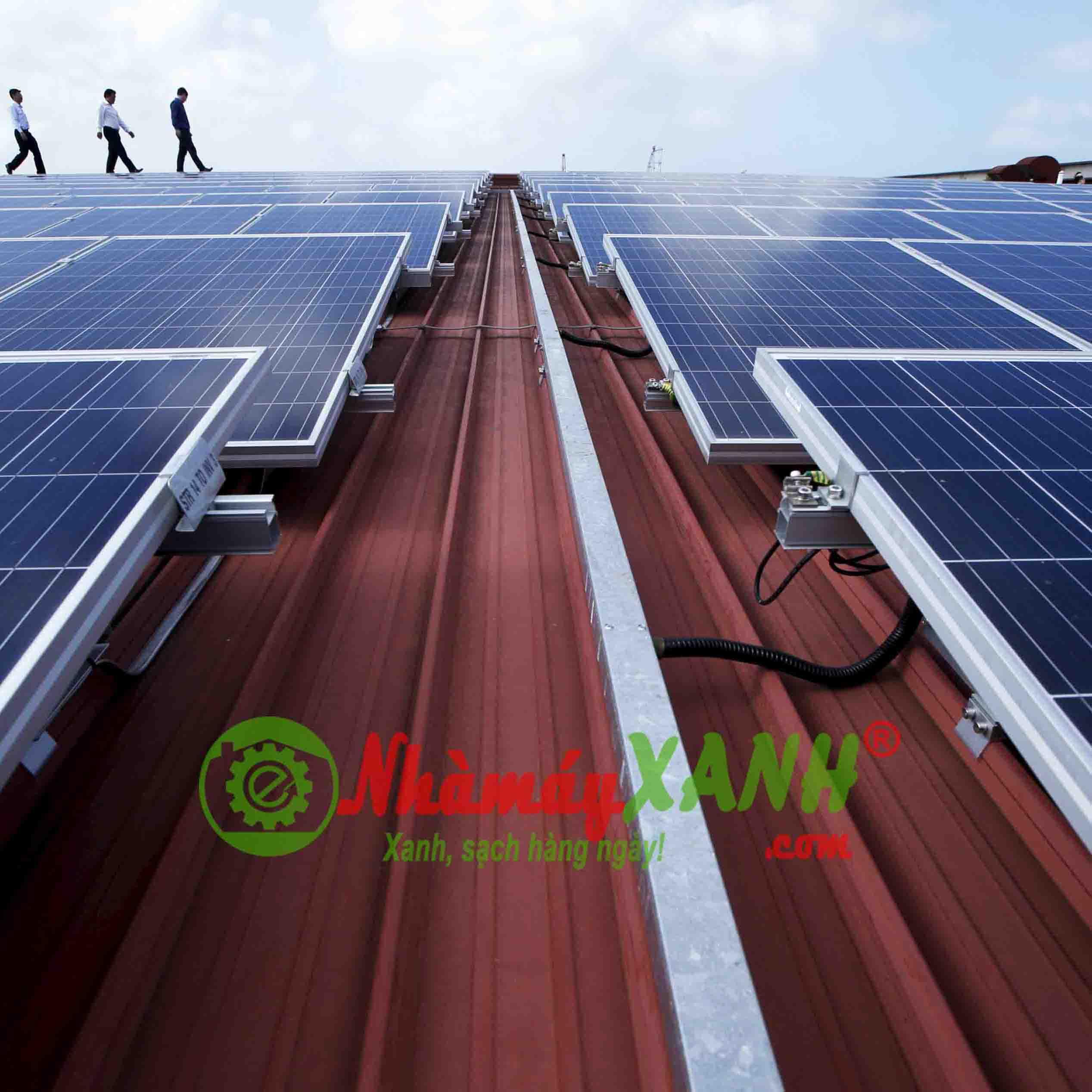 Chống nóng mái nhà máy bằng pin năng lượng mặt trời